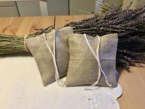 En handsydd lavendelkudde. 12 x 12 cm i hellinne! - Lavendelkudde med ekolavendel