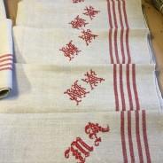 Åtta handvävda linnehanddukar med snygga monogram.