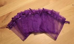 Tio stycken mörkt lila organzapåsar, 9 x 7cm Nyvara! - Tio mörkt lila organzapåsar 9x7 cm