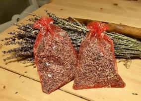 Julpris! Två organzapåsar i rött och silver. - Julpris, två röda lavendelpåsar