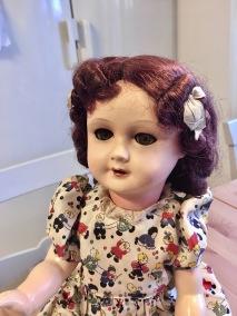 En mycket söt docka i massa. I en söt klänning från 50-talet! - En jättefin docka 55 cm hög