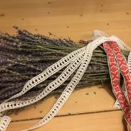 En lång handknypplad spets, hela 850 cm lång. Oanvänd!