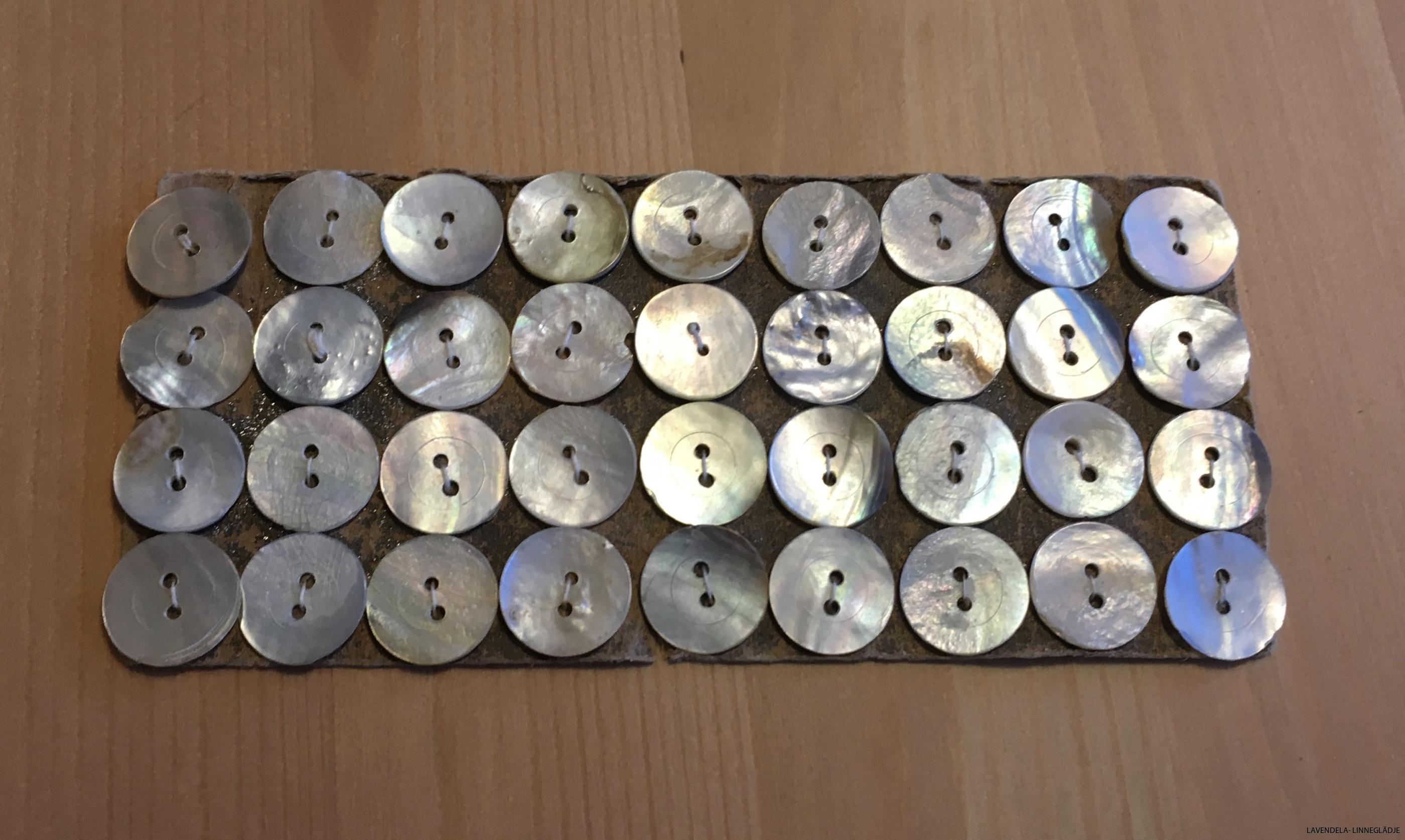 42 små pärlemorknappar