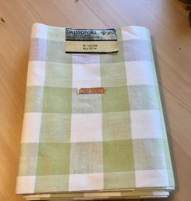 En handduksräcka i rutigt linnetyg. Oklippt, fint skick! - En handduksräcka i fint skick
