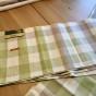 En handduksräcka i rutigt linnetyg. Oklippt, fint skick!