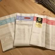 Tre vackert linneglansiga färdigsydda handdukar. Nyskick!