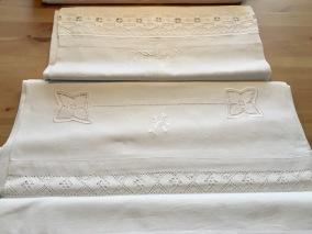 Tre fina lakan i båda linne och bomull med vackra spetsar. - Tre lina lakan i finaste skick!