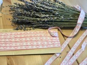 Ett sött äldre bomullsband i rosa och vitt. Bästa skick! - Ett fint äldre bomullsband