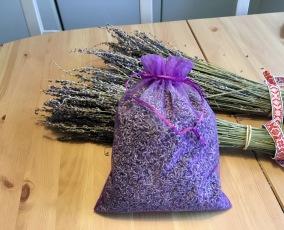 En stor organzapåse i lila, 80 gram ekologisk lavendel. - En stor påse med eko lavendel