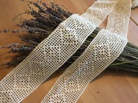 Över 5 meter handvirkade spetsar. Oanvända! - Vackra handvirkade spetsar över 5 meter.