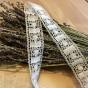 En äldre,vacker skir knypplad spets. Oanvänd! - 3 m skir vacker knypplad spets