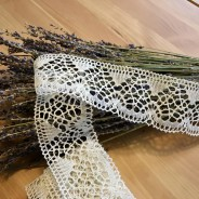 En vacker handknypplad spets, 470 cm lång. Oanvänd!