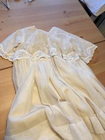 En ljuvlig antik, dopklänning med handsydd spets. - En dopklänning i handsydd spets