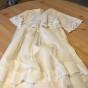 En ljuvlig antik, dopklänning med handsydd spets.
