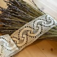En handknypplad spets, 127 cm lång och 6,5 cm bred. Oanvänd!