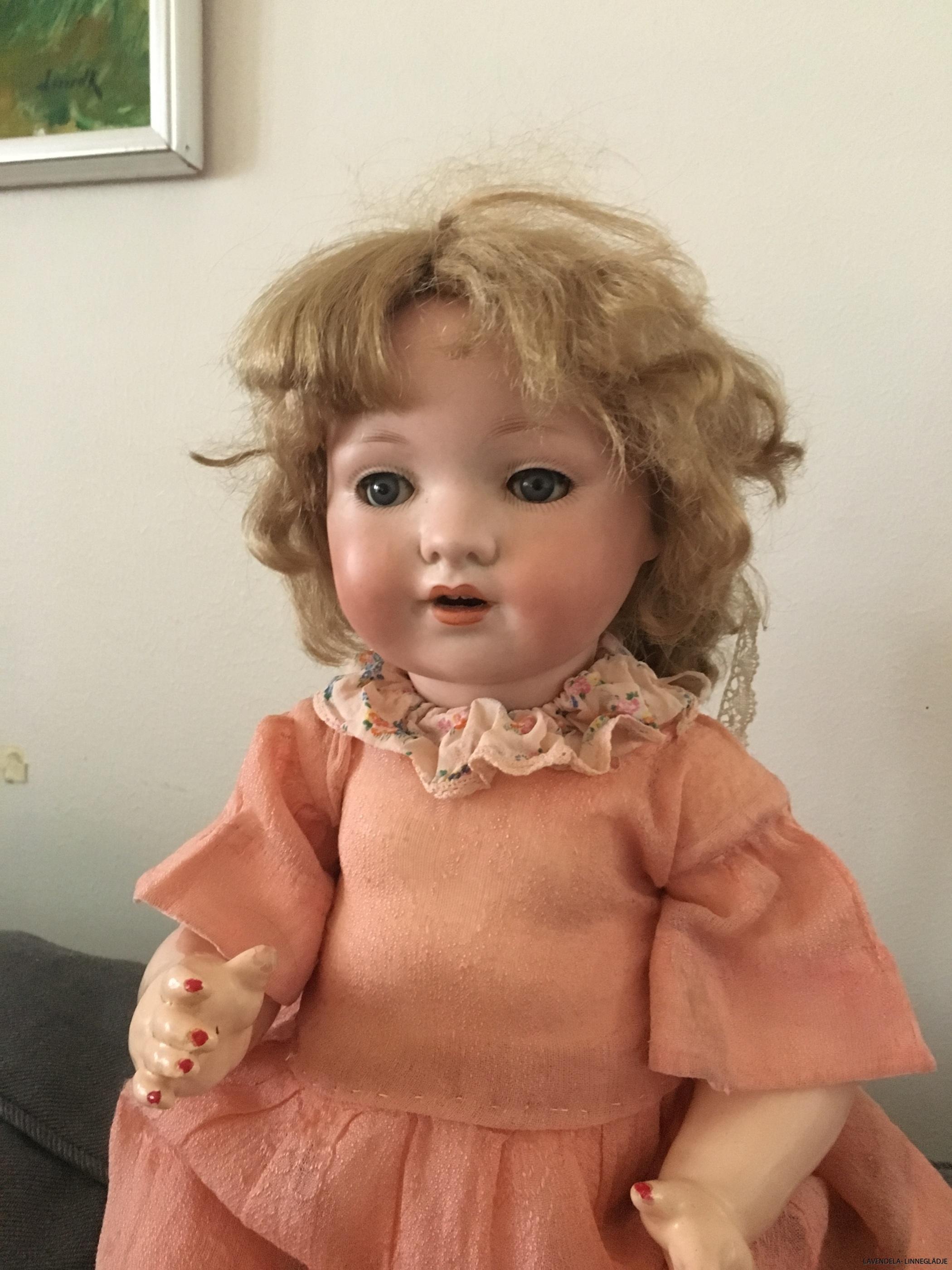 En antik fin docka