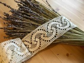 En handknypplad spets, 127 cm lång och 6,5 cm bred. Oanvänd! - En vacker handvirkade spets