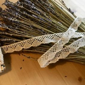 En fin maskinknypplad uddspets, 420 cm. Oanvänd! - En antik vacker spets  420 + 220 cm