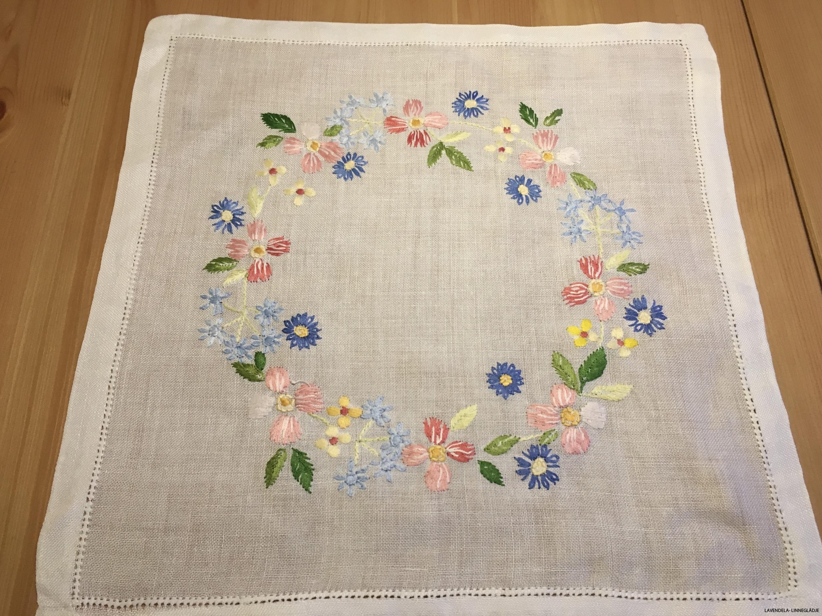 Blommor i krans, 35 x 34 cm