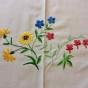 En ljuvlig sommarduk, 110 x 115 cm i vackra färger. - En härlig sommarduk
