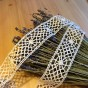 En handknypplad spets, 258 cm lång.