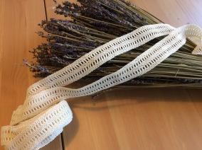 Tre handvirkade spetsar sammanlagt, 340 cm. - Handvirkade spetsar.