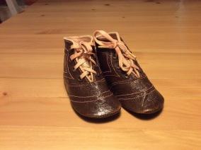 REA! Antika, barnskor i äkta läder, oanvända! - Rea! Antika söta barnkängor.