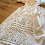 REA! En antik dopklänning med handsydda spetsar.