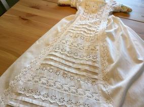 REA! En antik dopklänning med handsydda spetsar. - Sommarpris! En antik dopklänning.