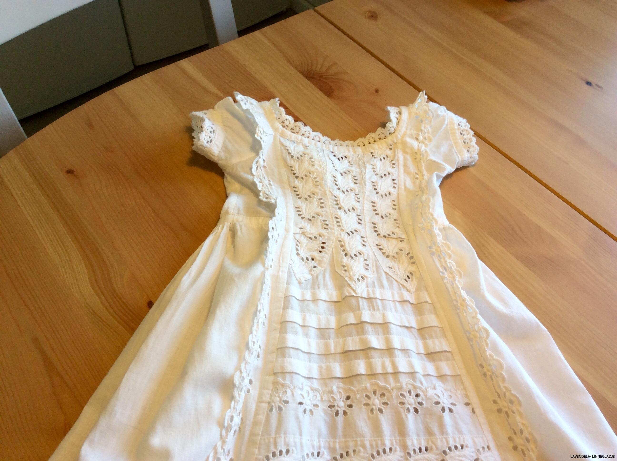 Klänningen är 94 cm lånG