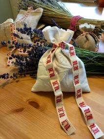 En fin lavendelkudde, sydd av ett äldre fodral. - En fin lavendelpåse