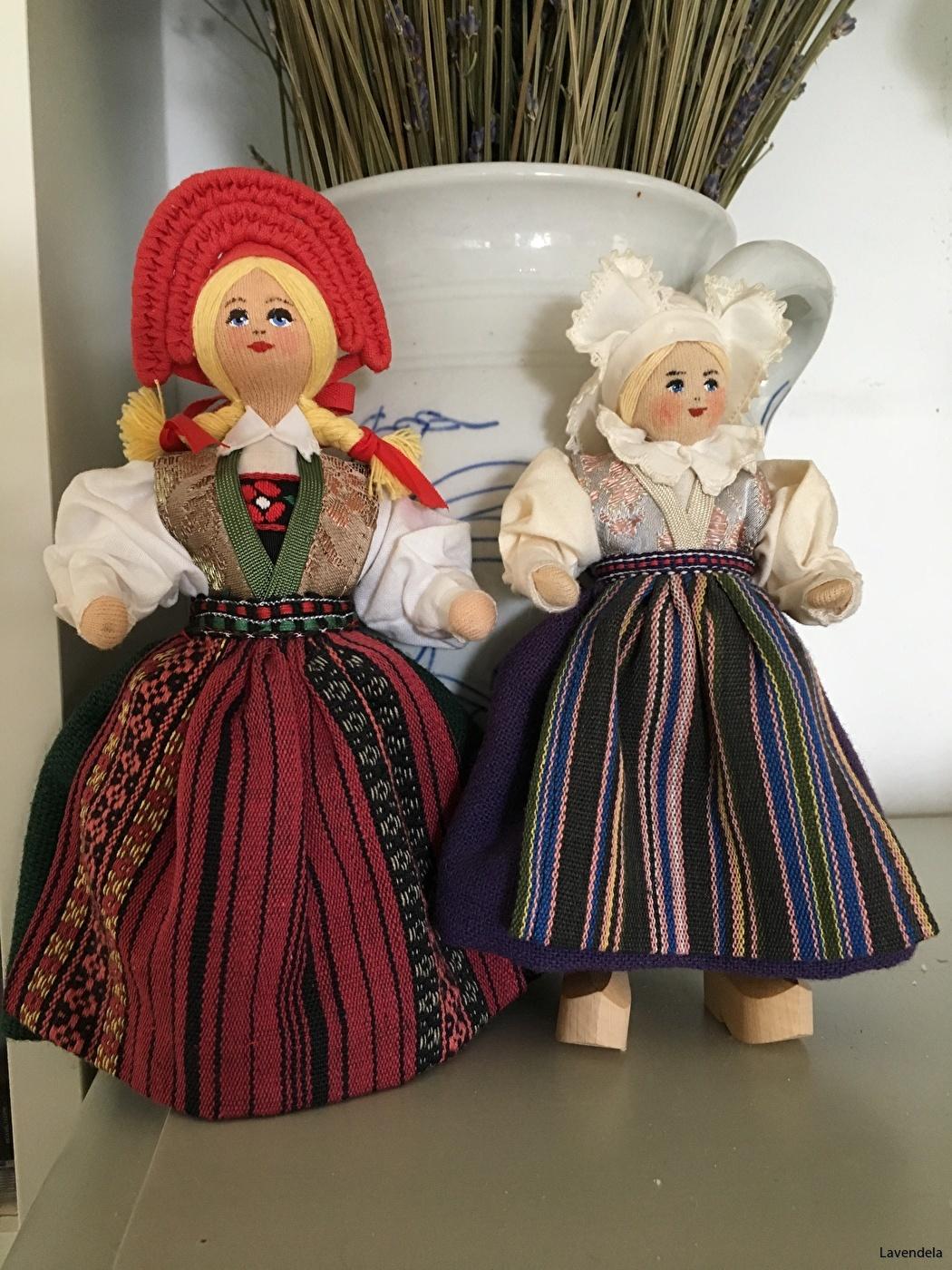 Den mindre dockan är, 18 cm.