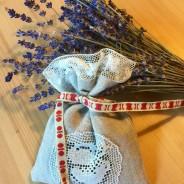 En handsydd lavendelpåse i linne och tyll