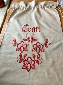 En snygg tvättpåse i linne, 70 cm x 45cm. - En snygg tvättpåse i rött och vitt