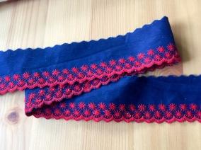 REA! Två fina blå band, över 4.5 m med röda uddbroderier! - Två fina band tills. 450 cm
