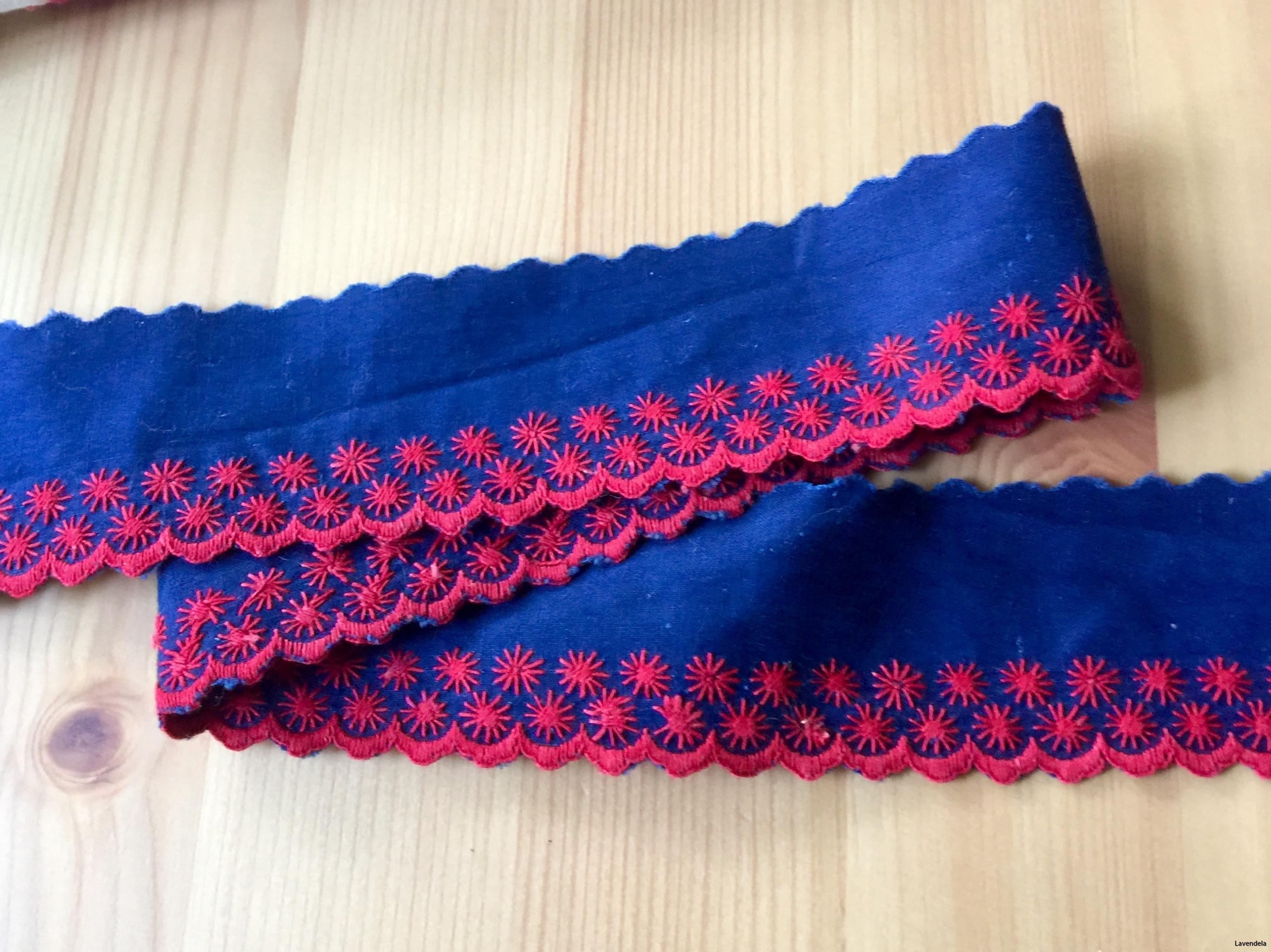 Två band i blått, röda uddspetsar