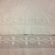 En ljuvligt vacker gardin i vitbroderi, linne