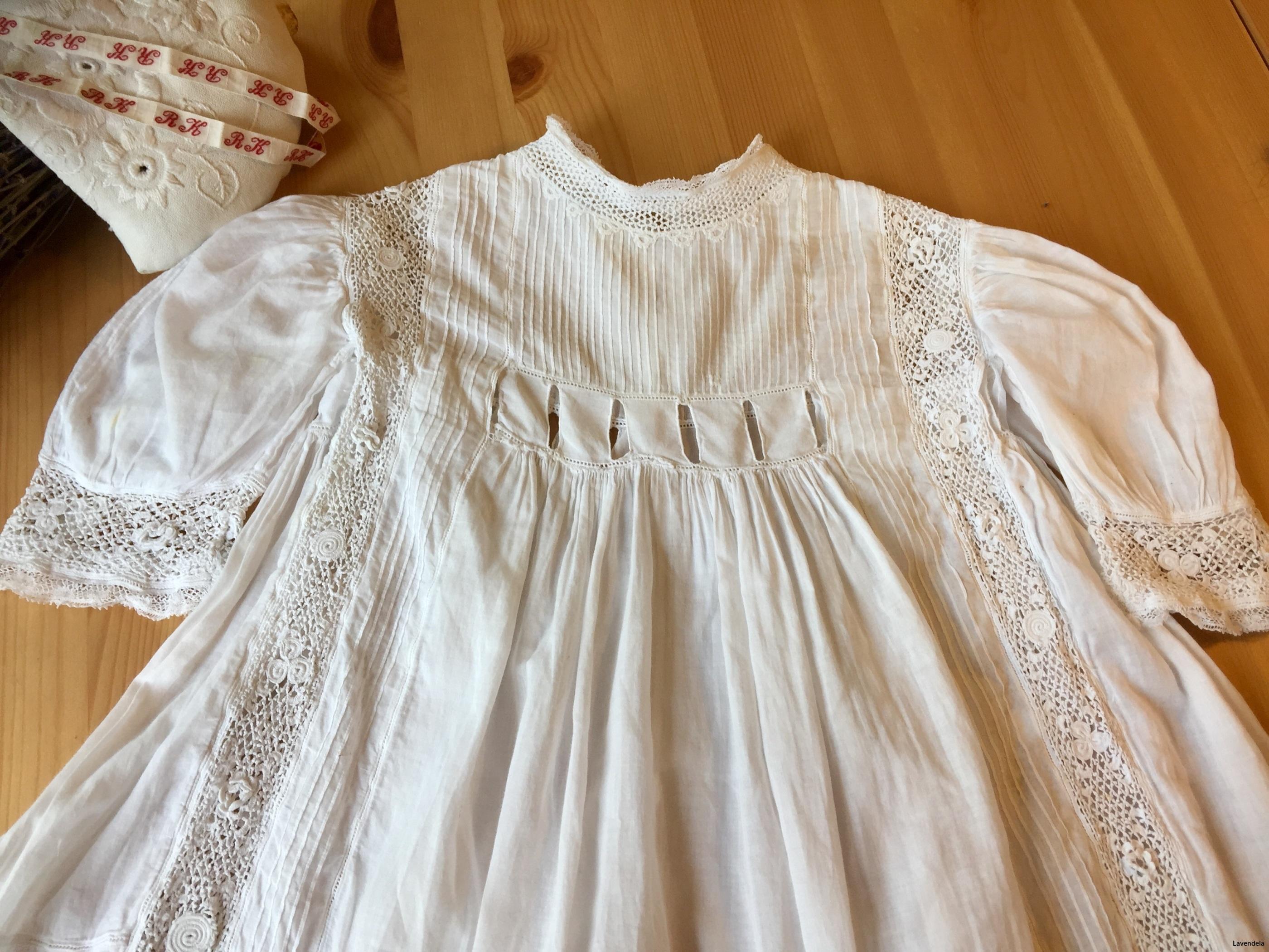 Klänningen är från 1800-ralet