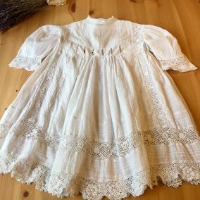 En ljuvlig antik klänning, handsydd knypplade spetsar. - En antik ljuvlig klänning