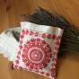 En handbroderade lavendelkudde i rödbroderi! - En handsydd lavendelpåse i rött