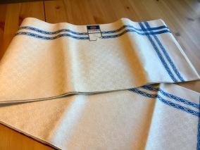 En vacker handduksräcka i hellinne, Almedahls. - En vacker handduksräcka i blått och vitt