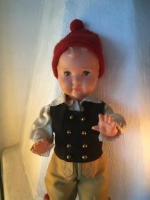 En söt docka i dräkt från Leksand.  Bästa skick! - En söt docka från Leksand julklappspris