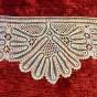 En fin handknypplad bred spets, 230 cm lång.