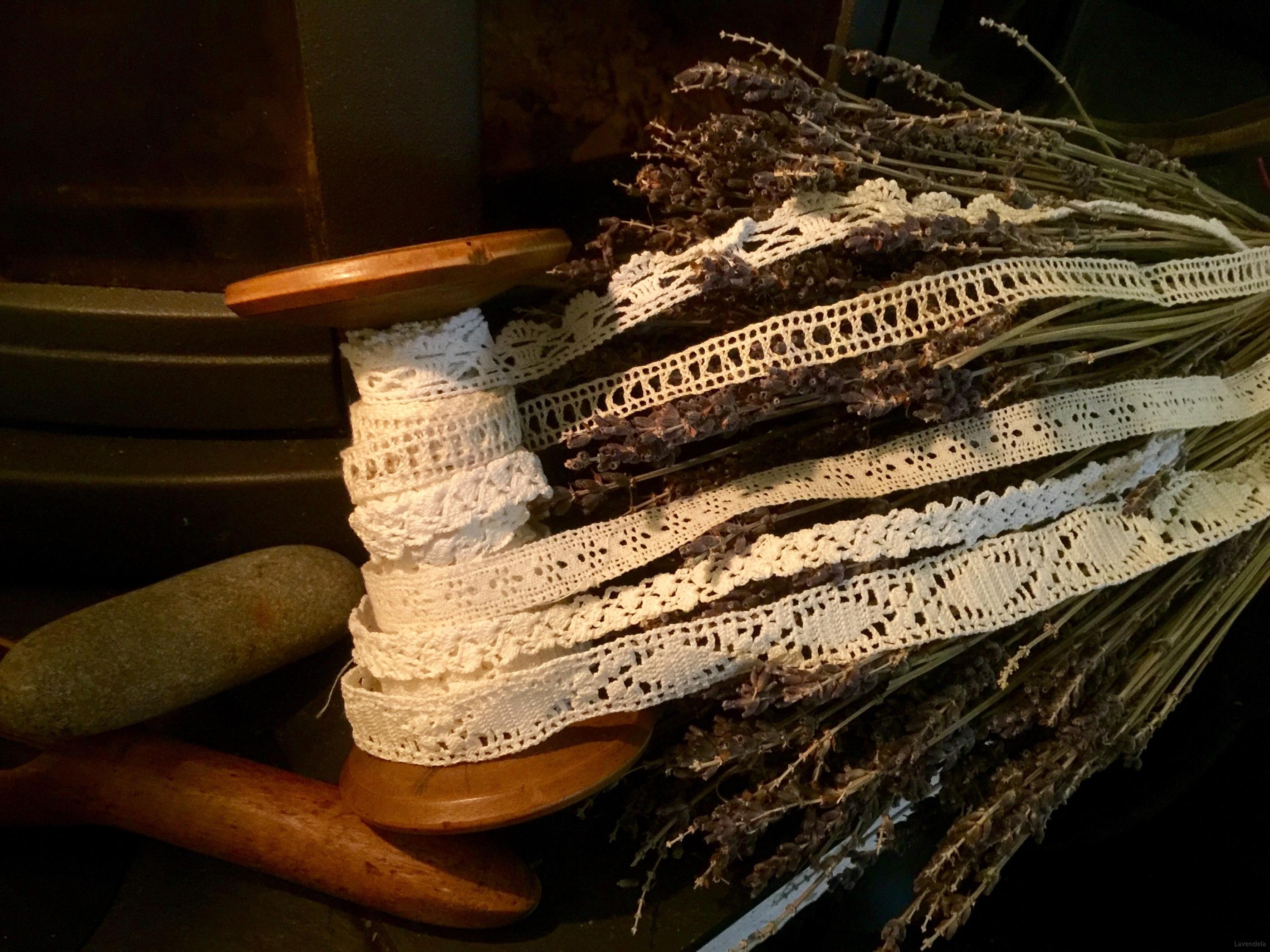 En trärulle med spetsar
