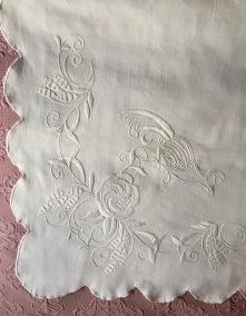 En mycket vackert duk i vitbroderi på linne, 130 cm x 125 cm. - En välbroderad duk i linne