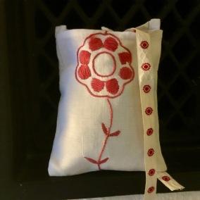 En handsydd lavendelpåse, av en omsydd broderad duk. - En lavendelpåse 12 x 9 cm