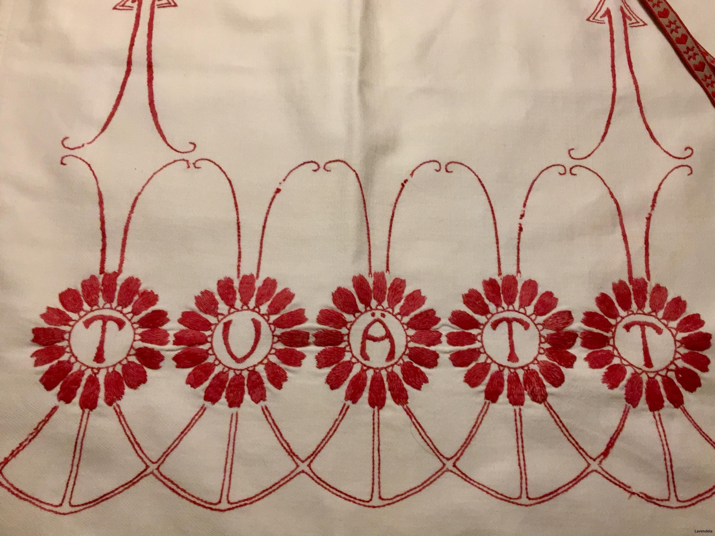 Broderad i rött och vitt