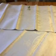 En ljuvligt glänsande damastduk, 150x150 cm, fållad och Oanvänd!