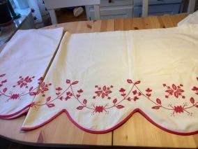 Fina gardiner i Anundsöm, handbroderade - Två gardinkappor + två bonader