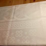 En stor vacker damastduk, 230 cm x 180 cm.